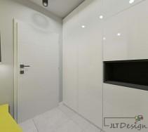 Biała część korytarza z ciekawym oświetleniem