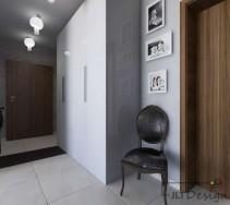 Niewielki korytarz ze stylowym krzesłem postawionym przy dziwach pod obrazami w białych ramkach. Pomieszczenie optycznie powiększa duże lustro odbijające piękne wnętrze.