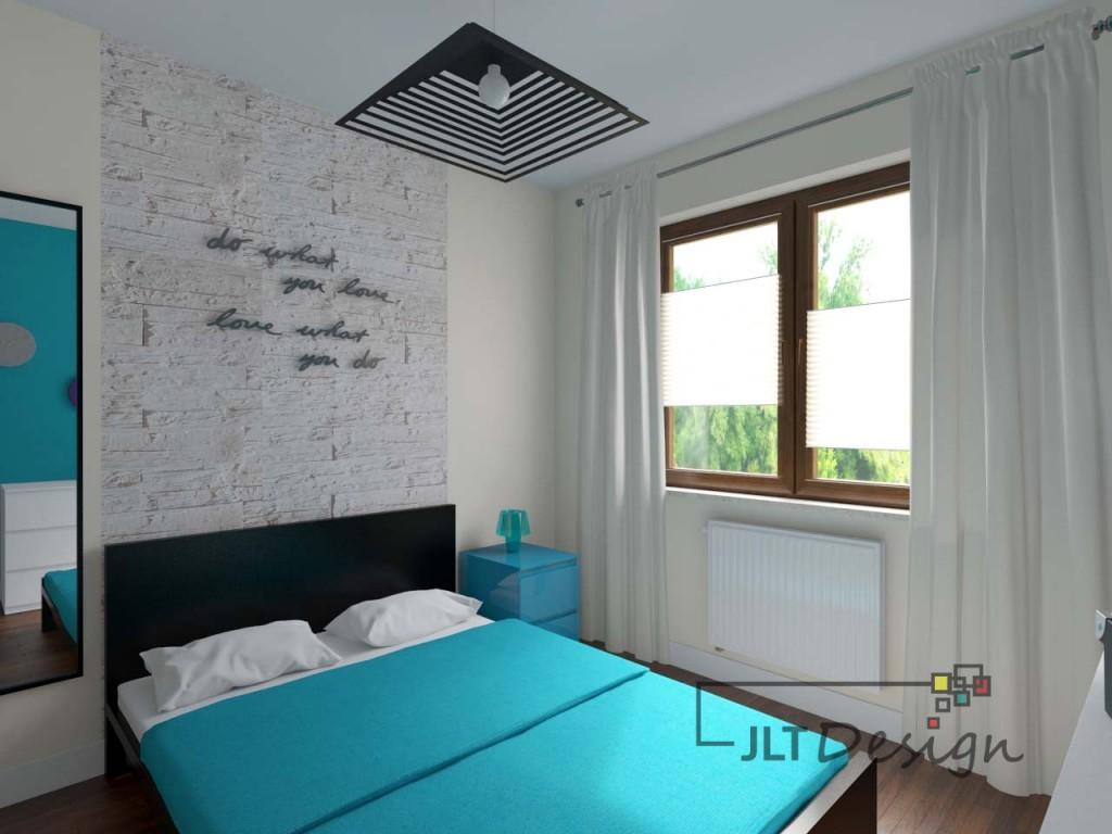 Romantyczna sypialnia z napisem na ścianie nad łóżkiem. Jasna kolorystyka wnętrza została wzbogacona o odcień intensywnego błękitu.