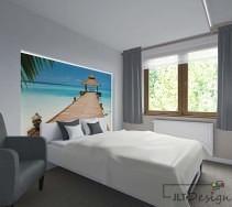 Duże, białe łóżko w jasnej sypialni z zagłówkiem ilustrującym nadmorski krajobraz.