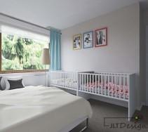 Sypialnia w bieli z łóżeczkami dla niemowląt i rodziców.