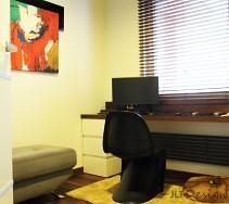 Pokój biurowy z nowoczesnym obrazem na ścianie