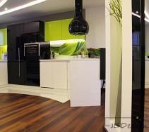 Kuchnia łącząca biel czerń i zieleń