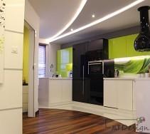 Lakierowane ściany i zabudowa kuchni