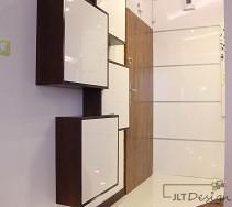 Lakierowane panele na ścianach przedpokoju współgrające z zabudową na ścianie