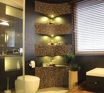 Czarne duże płytki w łazience i zabudow z mozaiki