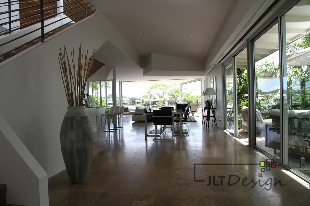 Otwarte wnętrze w nowoczesnym apartamencie.