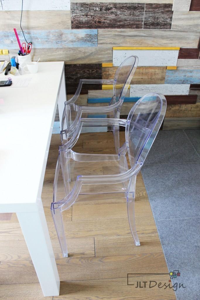 Transparentne krzesła.
