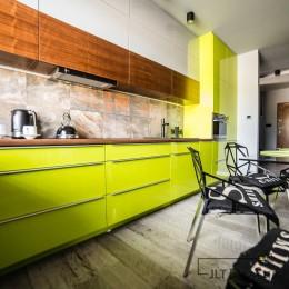 Meble kuchenne w projekcie wnętrza kuchni w apartamencie zaprojektowanym przez JLT Design.