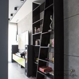 Przejście z korytarza do salonu w apartamencie zaprojektowanym przez JLT Design.