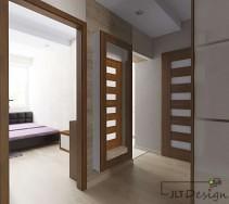Przestronny, jasny korytarz z dużym lustrem na ścianie.