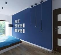 Granatowa ściana sypialni ozdobiona galerią zdjęci oraz wiszącymi lampami