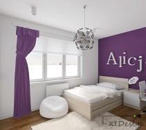 Łóżko w jasnym odcieniu na tle fioletowej ściany pokoju.