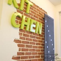 Designerski grzejnik na ścianie z cegły