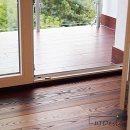 Drewniana podłoga przechodząca na balkon