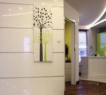 Aranżacja przedpokoju z lakierowanymi płytami na ścianie