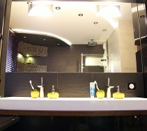 Aranżacja łazienki z dużym lustrem i podwójną umywalką