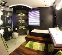 Aranżacja nowoczesnej łazienki łączącej drewno, czarne, białe płytki i mozaikę
