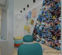 Nietypowy sposób zagospodarowania ściany pokoju z wykorzystaniem pocztówek i ubrań
