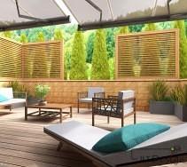 Projekt tarasu osłoniętego wysokimi tujami. Kolorystyka tarasu to odcienie szarości połączone z naturalnym drewnem. Elementy dekoracyjne stanowią niewielkie rośliny , które jednocześnie wprowadzają w design odrobinę zieleni.