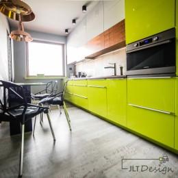 Realizacja wnętrza kuchni w apartamencie z akcentem soczystej limonki.